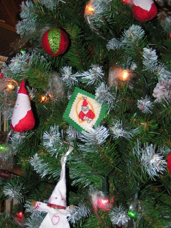 Les décorations en points comptés et les Pères Noël en tissus....