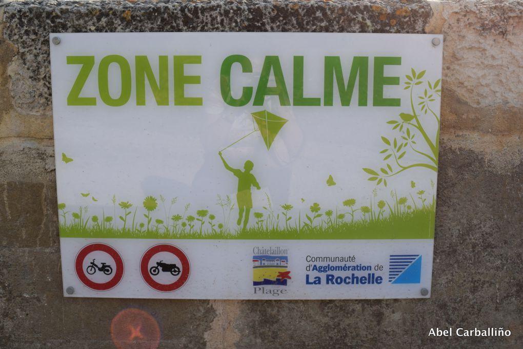 Des panneaux et enseignes dans les rues de La Rochelle, et Finistère.