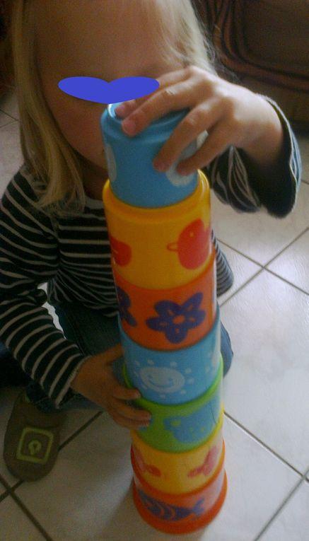 """L'enfant développe sa motricité et travail sa coordination geste-regard """"du plus grand au plus petit"""""""
