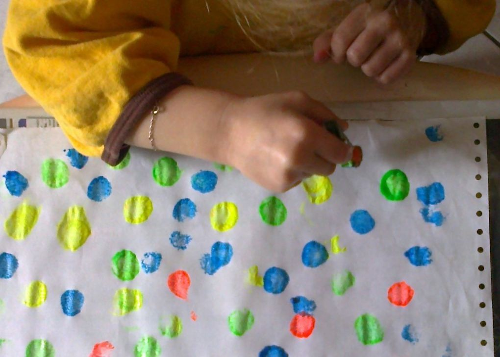 Peinture avec un pompon accroché à une pince à linge