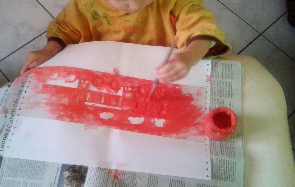 Activité peinture avec pochoir