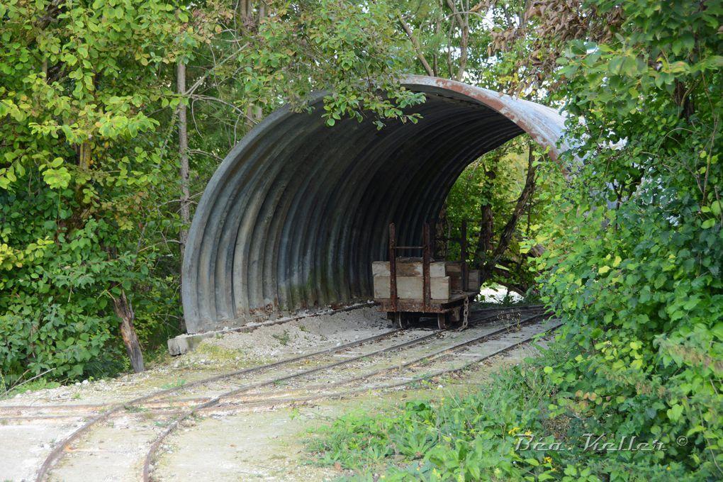 """Les abris """"tôles-métro"""" et le chemin de fer à voies étroites """"Decauville""""."""