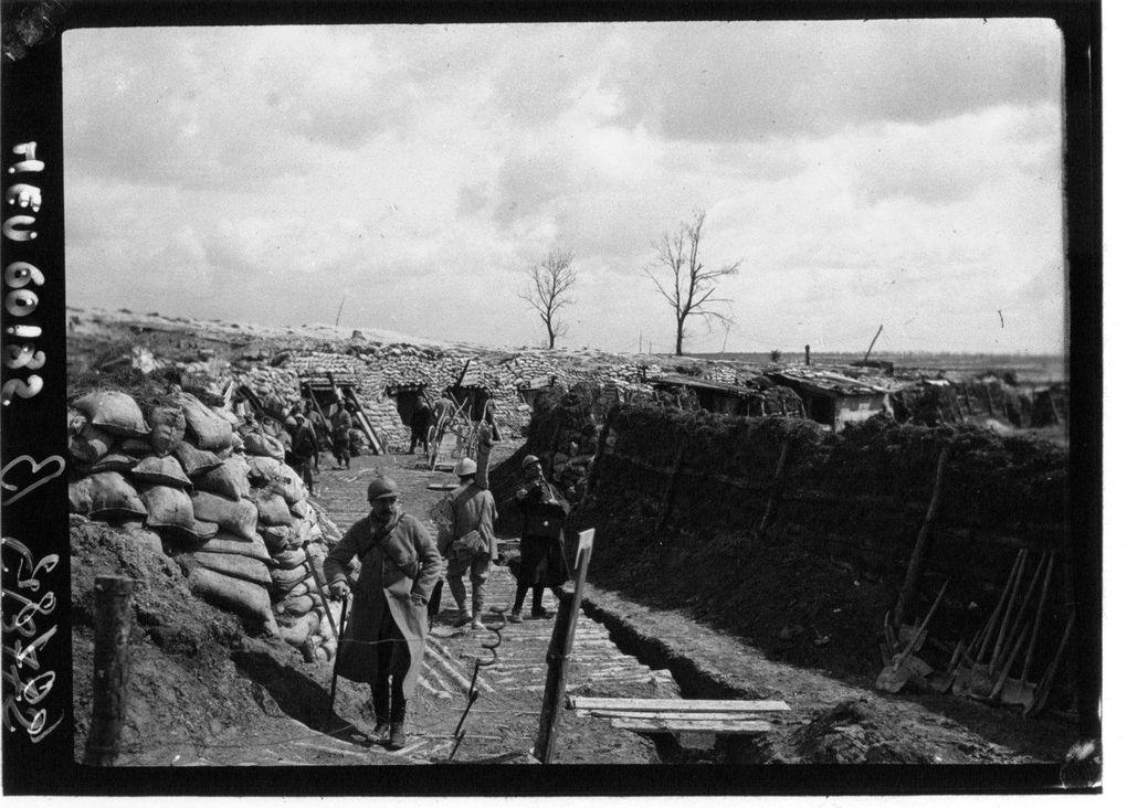 La place d'armes en 1915. La 1ère photo montre le remplissage des sacs de terre. (Cliquez sur les photos)