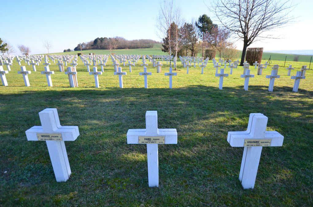 Quelques noms. Quand le pot de fleurs est placé sur le côté des croix, il est difficile de deviner quel soldat est honoré. (Cliquez sur les photos)