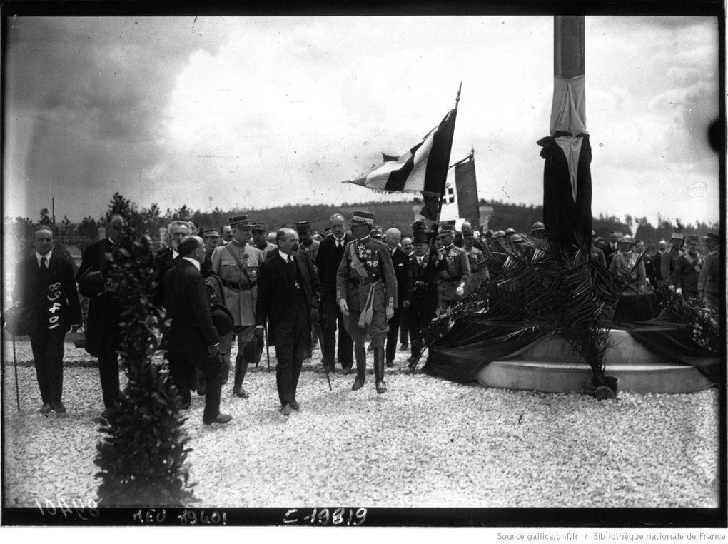Photos du 29 mai 1921 lors de la pose de la première pierre du Temple et de l'enfouissement de la cassette (lire ci-dessus). Photos des agences de presse Rol et Meurisse (sur Gallica.BNF.fr)