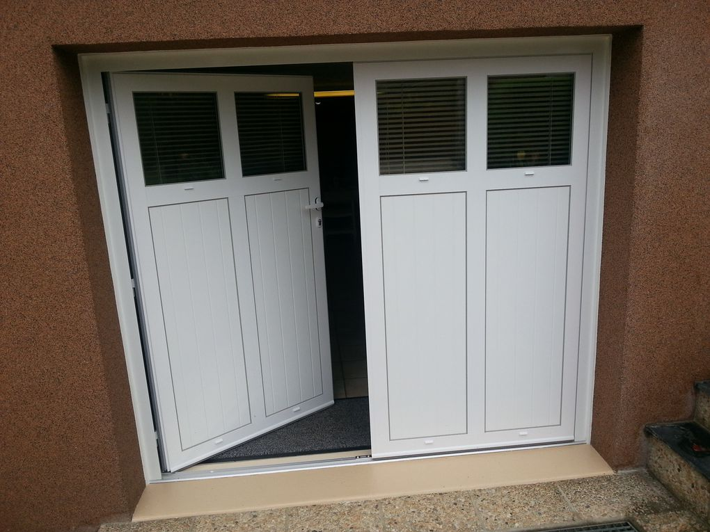 Porte de garage aluminium battante 2 vantaux afc mousnier for Porte 2 battants interieur