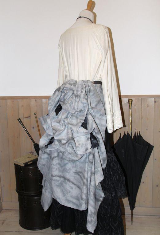 Mini-tournure, crinoline steampunk en lin et coton gris effet dentelle