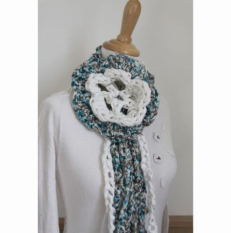 Maxi Echarpe Flower Power au crochet en trapilho blanc doré et imprimé bleu