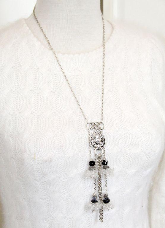 Sautoir &quot&#x3B;Winter is Coming&quot&#x3B; médaillon loup et perles flocons