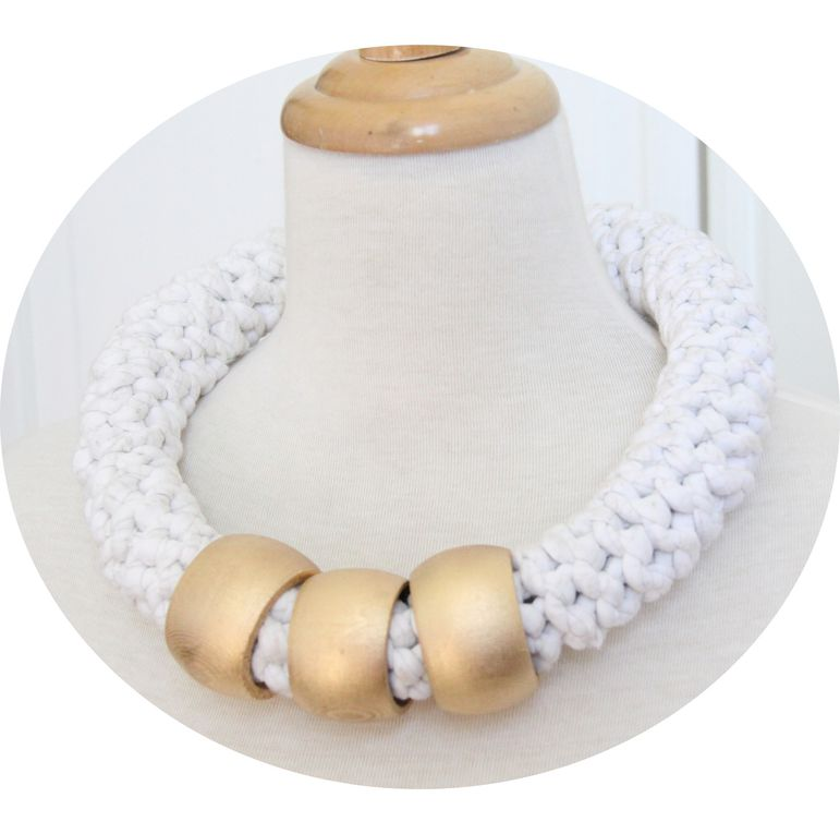 Collier textile ethnique au crochet blanc et or