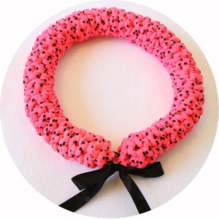 Collier torque textile en jersey rose néon a pois noirs