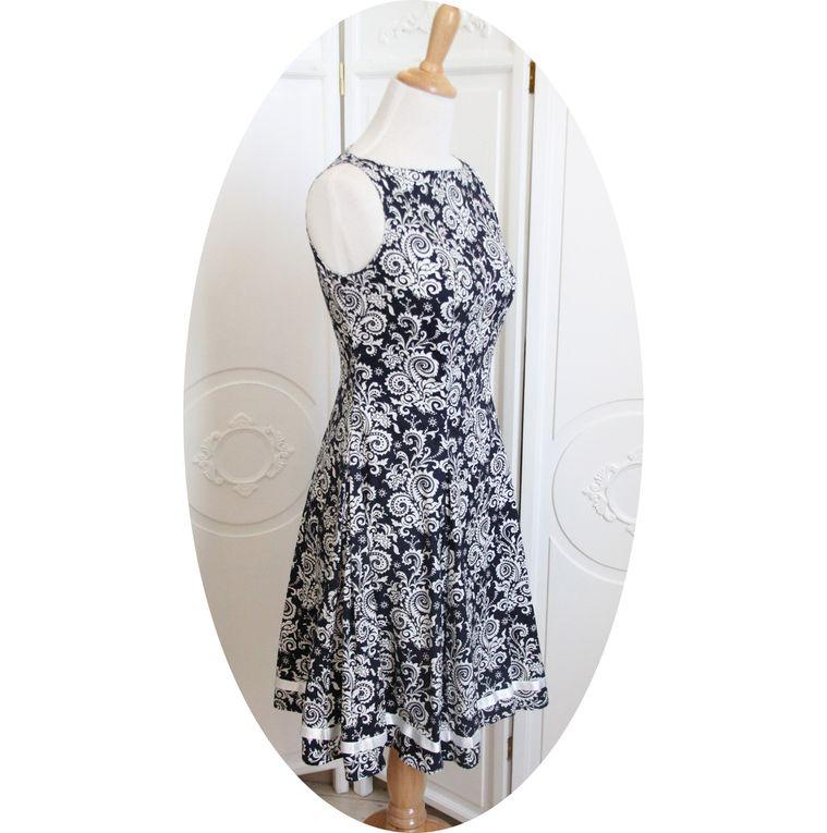 Robe sans manches, jupe évasée, motif baroque bleu marine et blanc