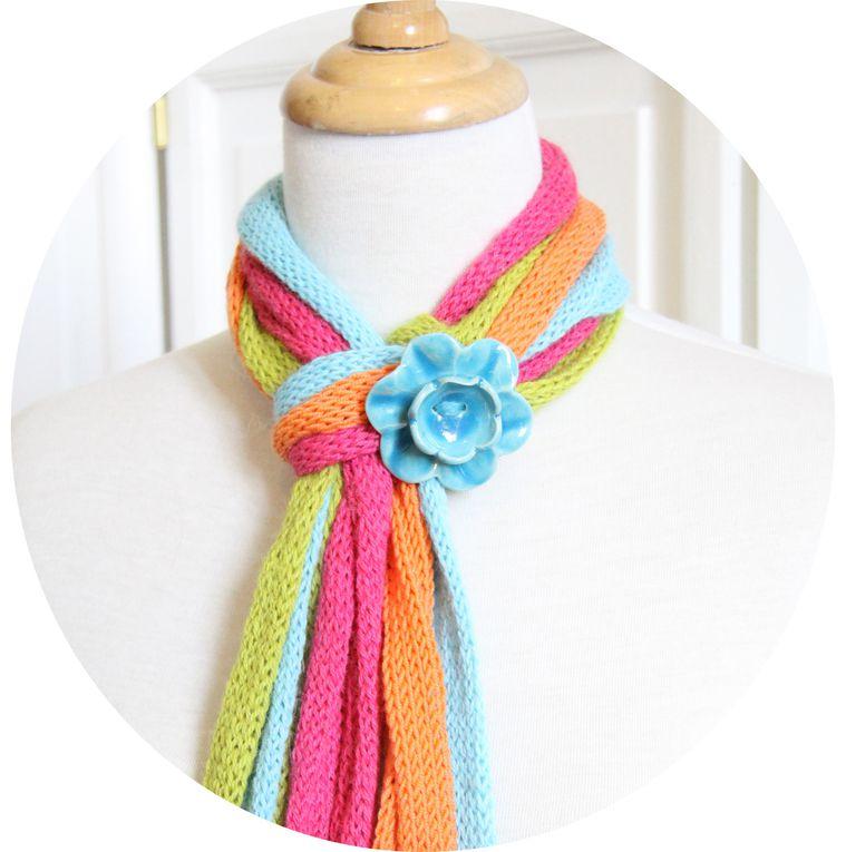 Echarpe multirangs, coloris acidulés, modèle déposé, version fleur bleue