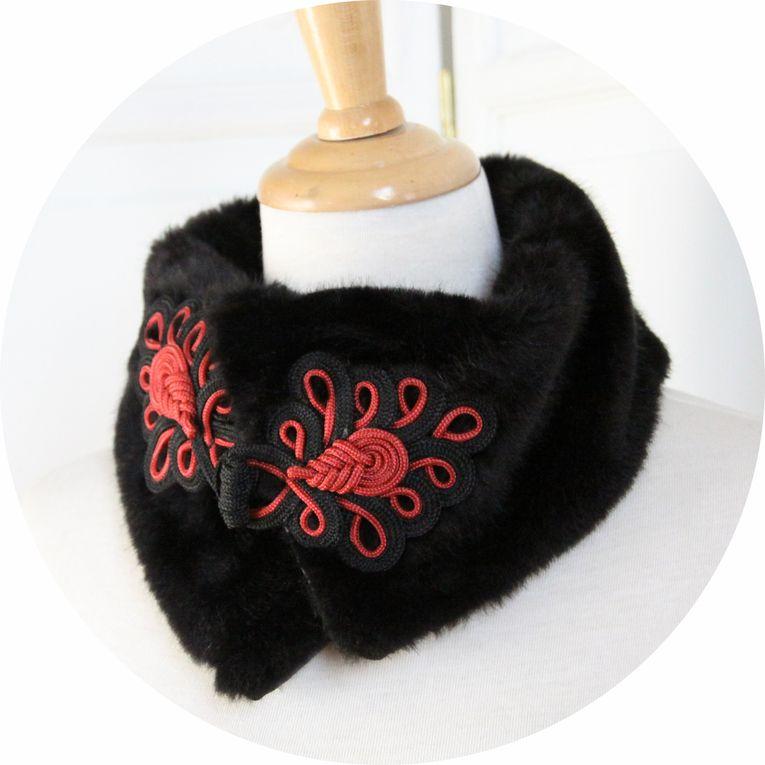 Col fausse fourrure vison noir et attache chinoise noir et rouge
