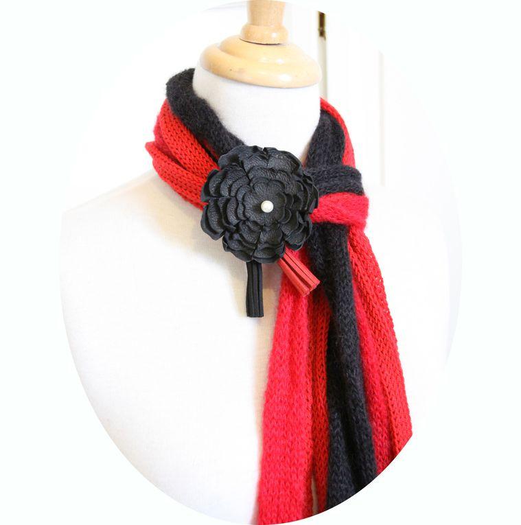 Echarpe multirangs, coloris rouge et noir, modèle déposé, fleur en cuir