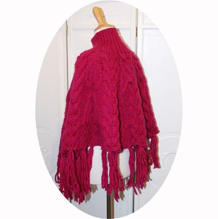 Poncho en laine rose fuchsia a torsades