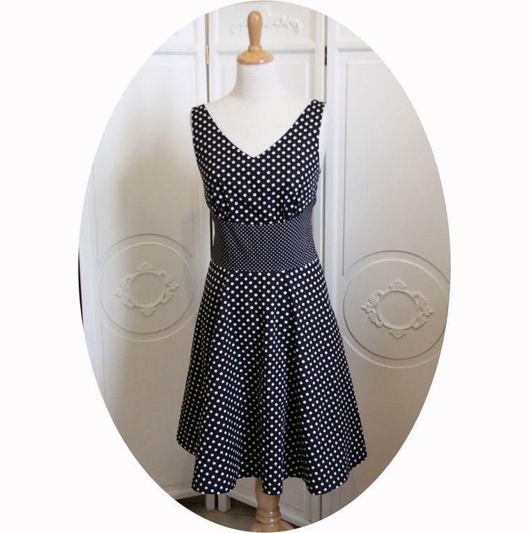 Robe Swing noire a pois blancs, inspiration années 50, noeud dans le dos