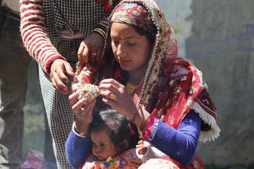 Mères avec leur enfant lors de la cérémonie (puja)