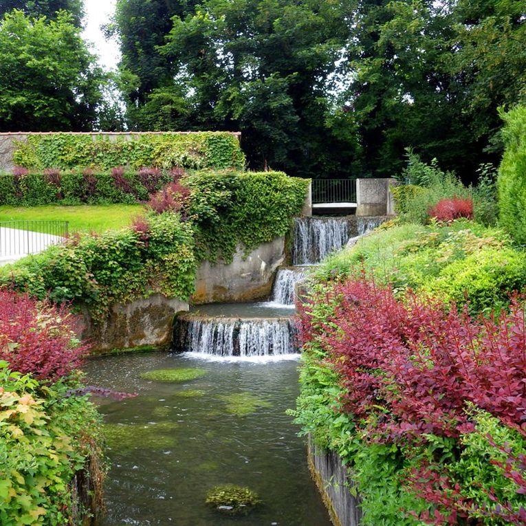 Oinville /Montcient - la cascade artificielle et le lavoir de Gournay devant la Mairie.