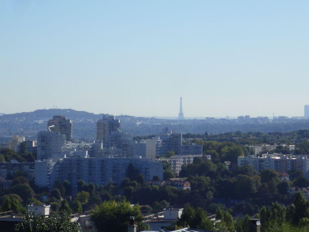Après quelques dénivellées, nous découvrons Paris dans la brume ou ... la pollution.