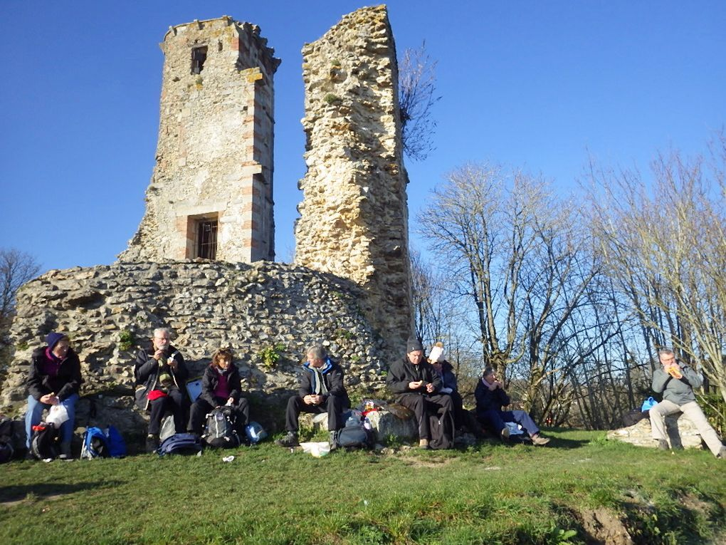 Un piquenique ça se mérite ! surtout au Chateau de Montfort , une salle dans chaque tour pour installer 27 randonneurs...