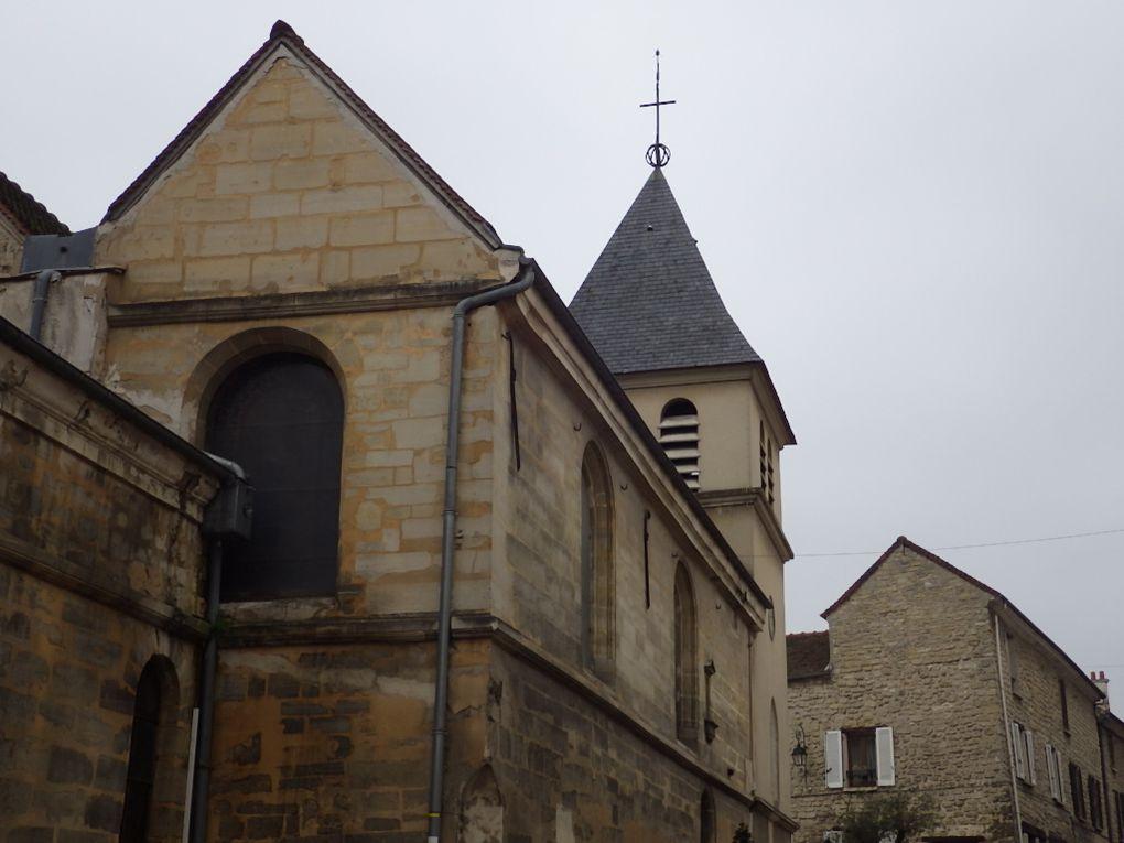 Carrières/Seine - La grange aux dîmes devenue chambres d'hôtes et l'Eglise.