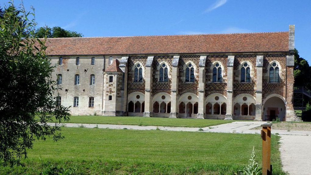 La bibliothèque - le cloître et  les cellules des moines copistes - la salle de lecture se trouve à l'étage supérieur.