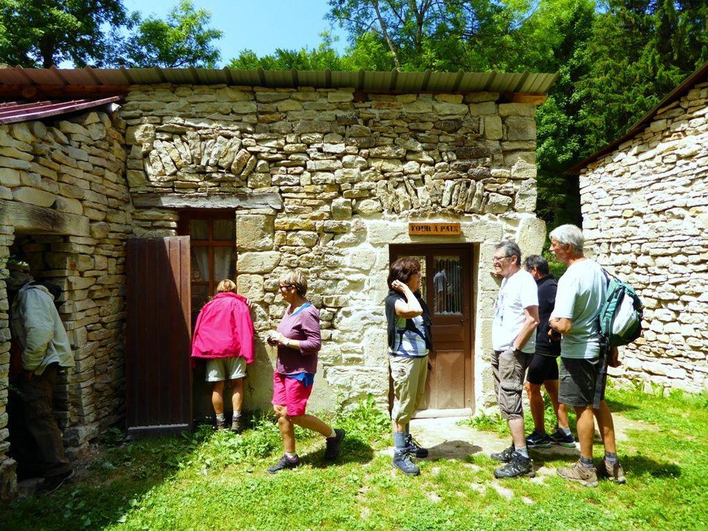 Ancien manoir fortifié du Leuzeu en cours de restauration par des bénévoles
