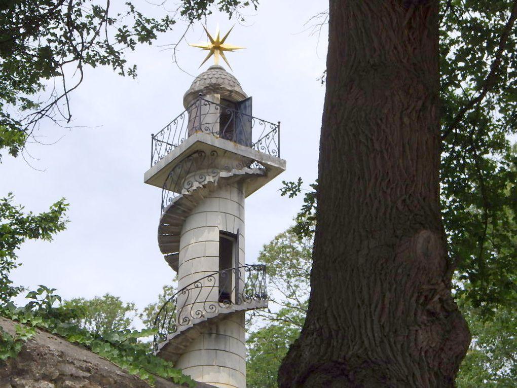 Le Chateau de Groussay à Montfort L'Amaury - l'entrée du Parc et la colonne observatoire.