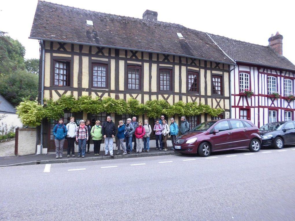 Lyons la Forêt  - la halle et les maisons normandes