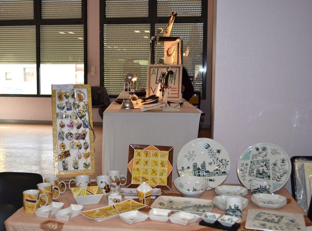Mon stand,  les autres artistes et la très belle salle de coucy Les Eppes! Des tableaux aquarelles, acryliques, huiles, des bijoux en verre et autres, de la ferronnerie, de la gravure...