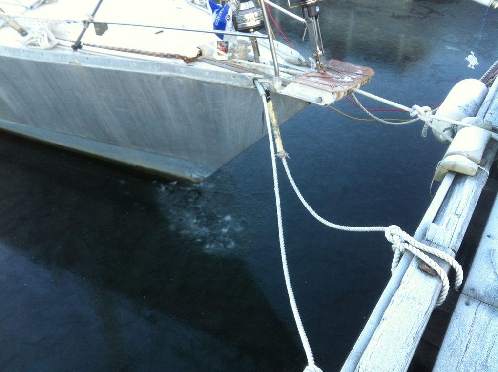 Le port est pris dans la glace.