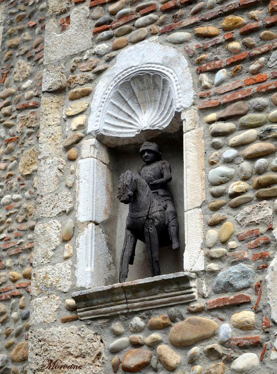 Dans une niche, un Saint-Georges mal en point surveille la place jour et nuit ! Plus loin, un joli bas-relief me fait penser à des sirènes.