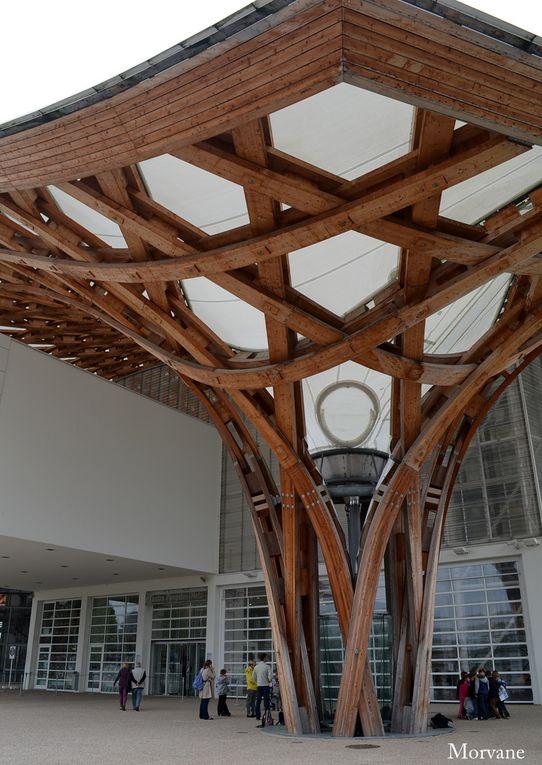 Détails de la structure : un pilier et l'avant-toit.
