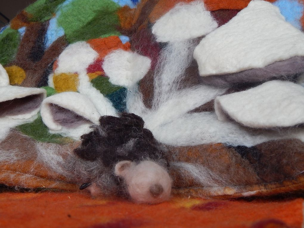 """""""Petit hérisson ne veut pas dormir""""..adaptation du conte de Maria Loretta Giraldo..C'est l'Automne, il est temps de rentrer dans faire la grande sieste. Mais petit hérisson entend les choses autrement.Resistera t-il au sommeil lui aussi?"""