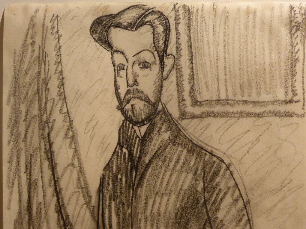 Amedeo Modigliani, Portrait de Paul Alexandre, signé Modigliani (en bas, à droite), huile sur toile. 92 x 60 cm., peint en 1911-1912. Provenance docteur Paul Alexandre, Paris (acquis de l'artiste). Par descendance au propriétaire actuel // Paul Alexandre vu de trois quarts, la main gauche dans la poche, porte le tampon DE P.A. et le numéro 4. 04 (en bas à droite), crayon gras sur papier, 27 x 19,7 cm, exécuté en 1909 © Photographies Gilles Kraemer, présentation Sotheby's Paris, 26 mai 2014.