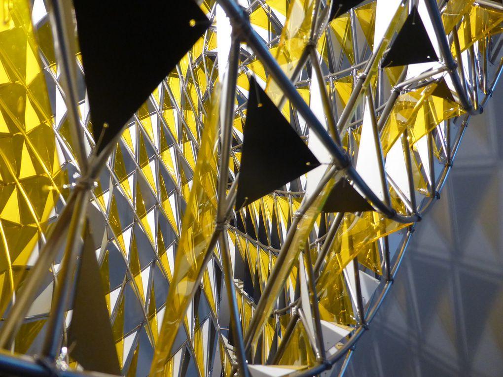 Olafur Eliasson, The eighteen moons in penumbra (#1), 2014. Encre de Chine et crayon sur papier. Encadré 110 x 150 cm  ///  Horizons versus borders, 2014. Sphère de verre partiellement argentéee, peinture acrylique noire. Diamètre 30 cm  ///  The new planet, 2013. Acier inoxydable, aluminium, verre coloré, peinture (noir, jaune), halogène. 94,9 x 95,1 x 201 cm. Galerie Neugerriemschneider, Berlin  ///  Non, ce pull n'est pas celui de Olafur Eliasson © Le Curieux des arts Antoine Prodhomme, FIAC, Paris, 22 octobre 2014