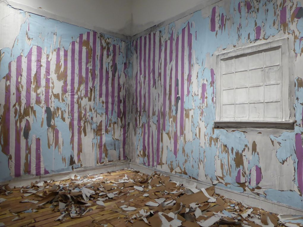 Valerie Hegarty, Parent's bedroom, 2014. Toile, bois, papier tapisserie. Dimensions variables   //    Cesar Cornejo, Trepanation 1, 2, 3, 4, 2014. Brique et aluminium. 19 x 24 x 11,5 cm. Édition à trois ex.  &  Museumorphosis 1, 2, 3, 2014. Brique, bois et aluminium. 90 x 60 x 5 cm. Édition à trois ex.   //   Jessica Lagunas, 33-42. ''Por siempre joven'' (Forever young), 2004-2012. Tambour à broder en bois, cheveux de l'artiste, soie noire. 10 tambours encadrés, chacun 25,4 cm x 25,4 cm © photographies Le curieux des arts Gilles Kraemer, décembre 2014, galerie Friedman Benda, New York
