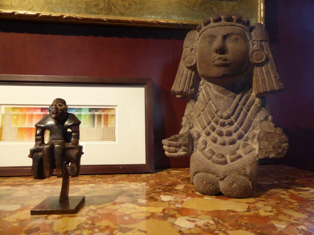 Masque anthropomorphe. Culture Teotihuacan, haut plateau central du Mexique. Classique, 450-650 ap. J.-C.. H. 20 cm – L. 19,5 cm (est. 200 000 / 250 000 euros)  ///  Hacha représentant une tête coiffée d'une dépouille de perroquet. Culture Veracruz, côte du Golfe, Mexique. Classique, 550-950 ap. J.-C.. H. 32 cm – L. 13 cm. Andésite grise à surface brillante (Est. 120 000 / 150 000)  ///  Louis Hayet (1864-1940), Étude de palette, vers 1883-1885. Huile sur carton 34 x 10,5 cm (est. 300 / 500 euros)  ///  Personnage assis sur une banquette dit Bench Figure. Culture Olmèque, côte Pacifique du Guatemala. Préclassique moyen, 900-400 av. J.-C.. H. 15 cm – L. 9,5 cm. Pierre dure brun-vert, restes de cinabre (est. 35 000 / 40 000 e)  //  Chalchiuhtlicue, déesse de l'eau. Culture Aztèque, haut plateau central, Mexique. Postclassique récent, 1325-1521 ap. J.-C.. H. 42,5 cm – L. 27 cm. Andésite grise, reste de cinabre (est. 250 000 / 300 000 €) © Le Curieux des arts Gilles Kraemer, présentation presse