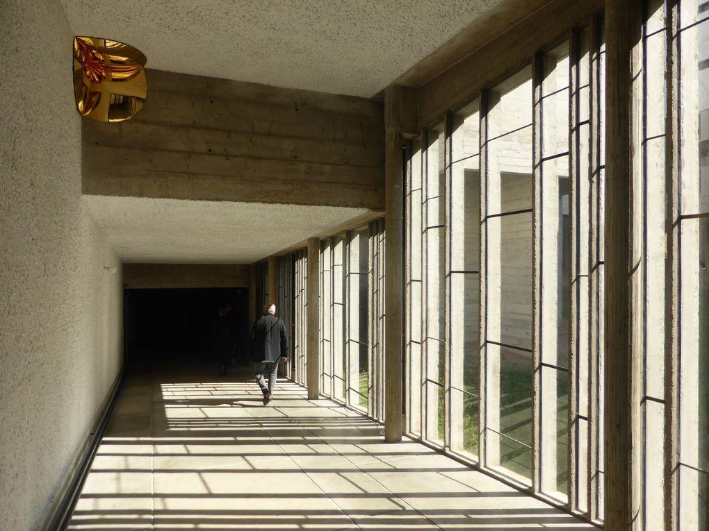 Anish Kapoor, 220 Aluminium Mirror, 2011, aluminium, 70 x 234 x 234 cm. & Gold Corner, 2014, fibre de verre et or, 63,5 x 63,5 x 63,5 cm. Exposition Anish Kapoor chez Le Corbusier, couvent de La Tourette © Le Curieux des arts Gilles Kraemer, présentation presse, 9 septembre 2015