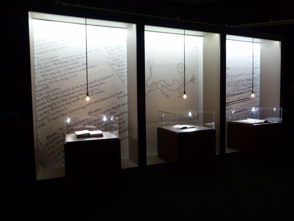 Vues de l'exposition publique de la Bibliothèque de Pierre Bergé, Paris, Drouot Richelieu, vente du 11 décembre 2015 © Gilles Kraemer Le Curieux des arts, 8 décembre 2015