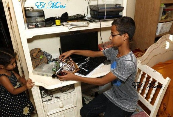 Imágenes de Ahmed Mohammed de 14 años, el inventor que fue detenido por haber llevado a su instituto un reloj fabricado en su casa por él mismo.- El Muni.