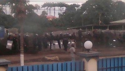 Un cartel electoral muestra al presidente Teodoro Obiang en Malabo e imágenes sobre el ataque del ejército guineano a la sede del partido de Gabriel Nsé Obiang.- El Muni.