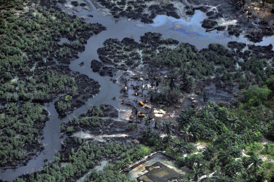 Imágenes de contínuos desastres ecológicos en el Delta del Níger por el crudo que extraen las multinacionales.- El Muni.