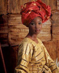 Peinados de museo, porte femenino y sensuel de turbantes y pañuelos de la mujer africana.- El Muni.