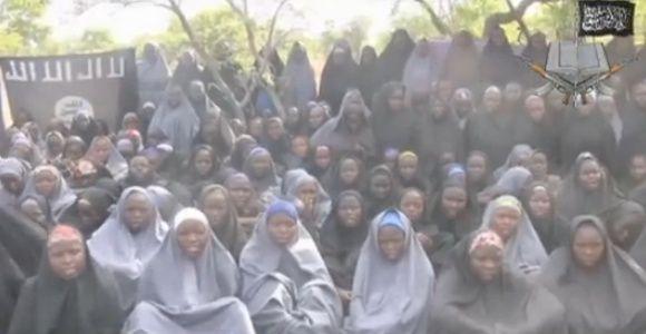 Con una niña de cuatro meses en brazos y casada, aparece una de las 276 niñas raptadas por Boko Haram.