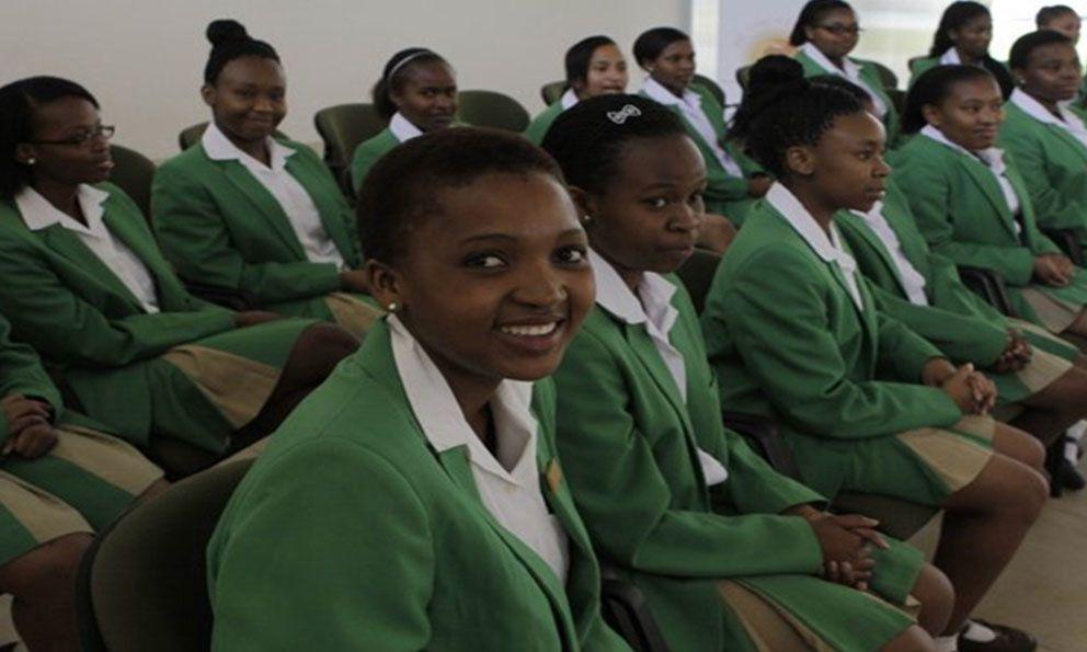 Millones de niñas y niños exentos de pagar las tasas escolares en Sudáfrica.