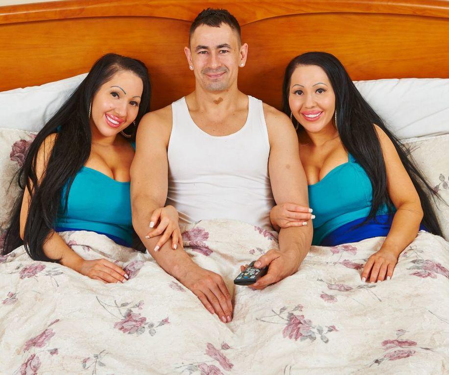 Imágenes de las gemelas DeCinque: comparten hasta novio de quien quieren quedarse embarazadas al mismo tiempo.- El Muni.