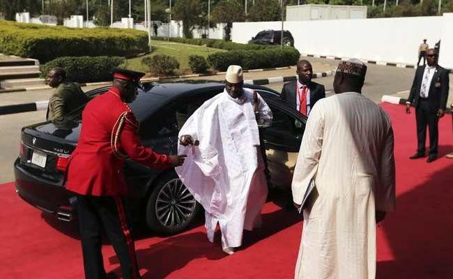 Imágenes de Yahya Jammeh, sátrapa y charlatán, presidente de Gambia, quien  dice curar el ébola, el sida y la infertilidad, pero aún no ha conseguido evitar que  sus más jóvenes conciudadanos mueran en el Mediterráneo queriendo alcanzar Europa.- El Muni.