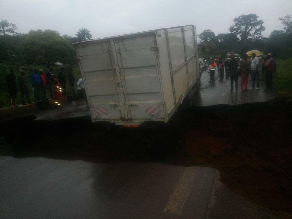 Imágenes de la autovía Douala-Yaoundé, cortada al tráfico desde hace casi un mes por el hundimiento de un puente, a causa de las lluvias torrenciales en la región.- El Muni.